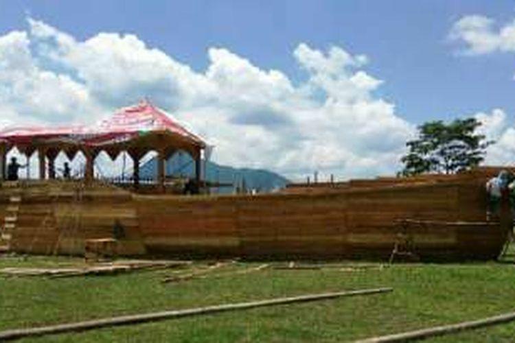 Sejumlah pekerja tampak sedang mengerjakan replika Kapal Lancang Kuning yang akan memeriahkan Festival Seni Budaya Melayu XI se Kalimantan Barat yang dipusatkan di Stadion Kridasana, Singkawang.