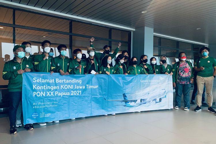 Kontingen Sepatu Roda Jawa Timur foto bersama sebelum berangkat ke PON XX Papua di Bandara Juanda Sidoarjo, Selasa (21/9/2021) sore.