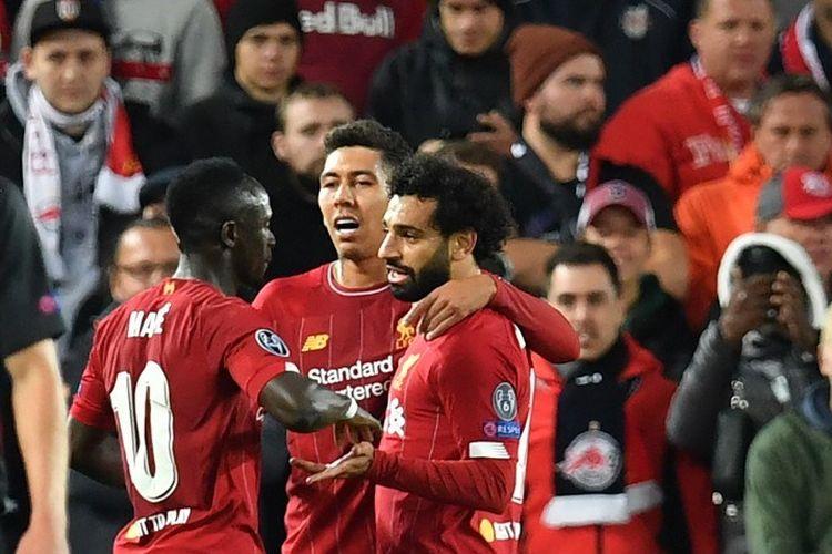 Sadio Mane dan Roberto Firmino merayakan gol Mohamed Salah pada pertandingan Liverpool vs Salzburg dalam lanjutan Liga Champions di Stadion Anfield, 2 Oktober 2019.  Tiga pemain tersebut menjadi nomine Ballon dOr 2019.