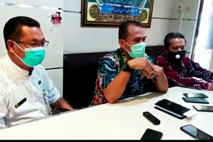 Kadisdik Kota Banjarmasin, Totok Agus Daryanto (tengah) memberikan keterangan terkait rencana uji coba pembelajaran tatap muka pada November 2020.