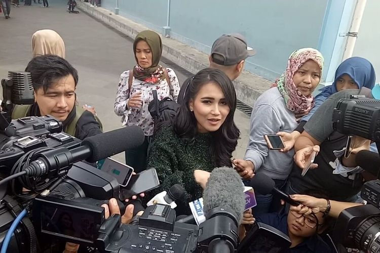 Ayu Ting Ting diwawancara ketika hadir dalam sebuah kegiatan di kawasan Tendean, Jakarta Selatan, Kamis (11/1/2018).