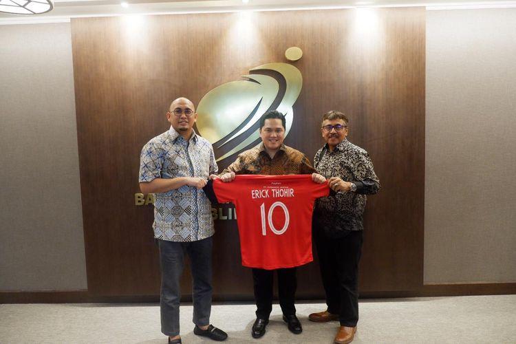 Menteri BUMN Erick Tohir (tengah) memperlihatkan jersey SPFC didampingi anggota DPR RI Andre Rosiade dan Komisaris PT Semen Padang, Khairul Jasmi