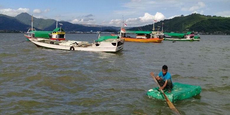 Puluhan kapal nelayan terdampar di pantai Lawata Kota Bima akibat gelombang tinggi, Minggu (6/1/2019).
