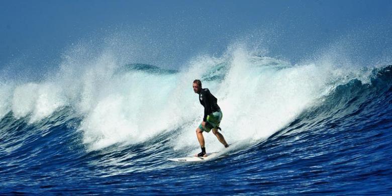 Wisatawan surfing di Pantai Plengkung atau G-Land di Banyuwangi, Jawa Timur.