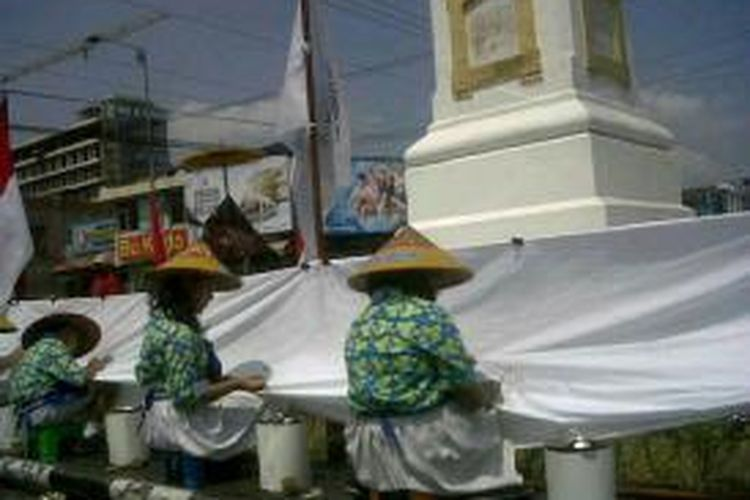 Siswa SD Gondolayu membatik di Tugu Yogyakarta, Senin (30/9/2013).