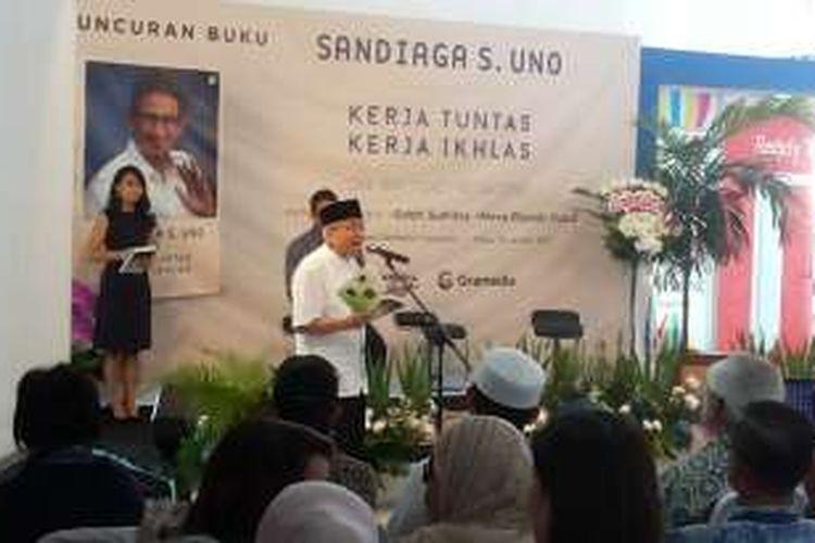 Sastrawan kenamaan Taufik Ismail saat membacakan puisi dalam acara peluncuran buku otobiografi Sandiaga Uno yang berjudul
