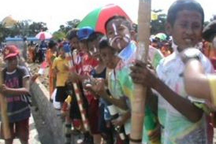 Ribuan siswa TK hingga SMA menggelar karnaval meriam alias mercon sambil berkeliling kota Kecamatan Wonomulyo, Polewali Mandar, Jumat siang (16/8/2013). Meraim sebagai simbol senjata perlawanan terhadap segala gangguan yang akan merongrong Negara Kesatuan Republik Indonesia.
