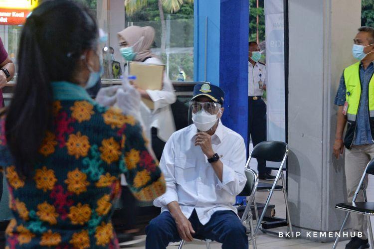 Menteri Perhubungan Budi Karya Sumadi saat meninjau alat deteksi Covid-19 buatan dalam negeri, GeNose, di Bandara Ngurah Rai Bali, Sabtu (10/4/2021).