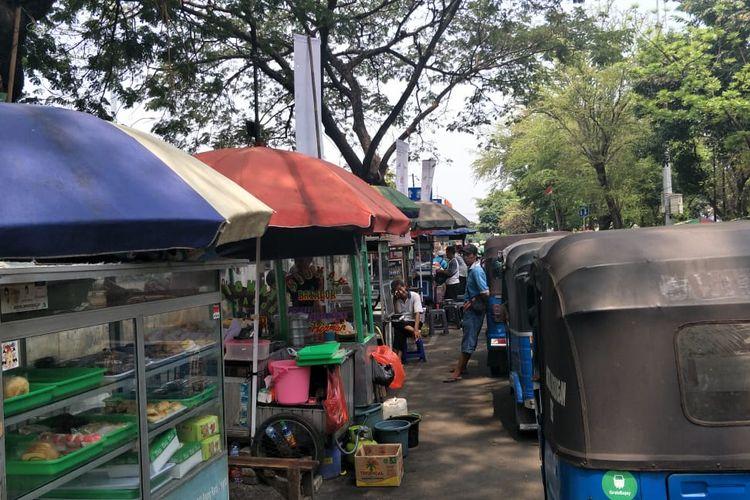 Pedagang kue dan bajaj yang mangkal di sekitar Stasiun Manggarai, Jumat (25/11/2019).