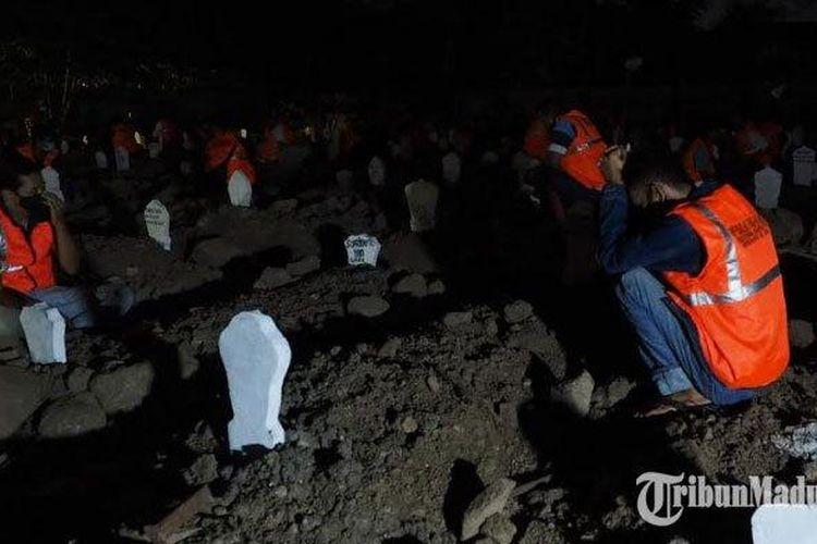 Puluhan pelanggar protokol kesehatan merenung di kuburan Praloyo Sidoarjo, Jumat tengah malam