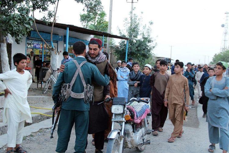 Inilah momen ketika seorang anggota Taliban berpelukan dengan polisi Afghanistan ketika mereka merayakan Idul Fitri bersama.
