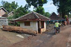 Detik-detik Air Bah Bercampur Lumpur dan Kayu Memasuki Perkampungan Warga di Mojokerto