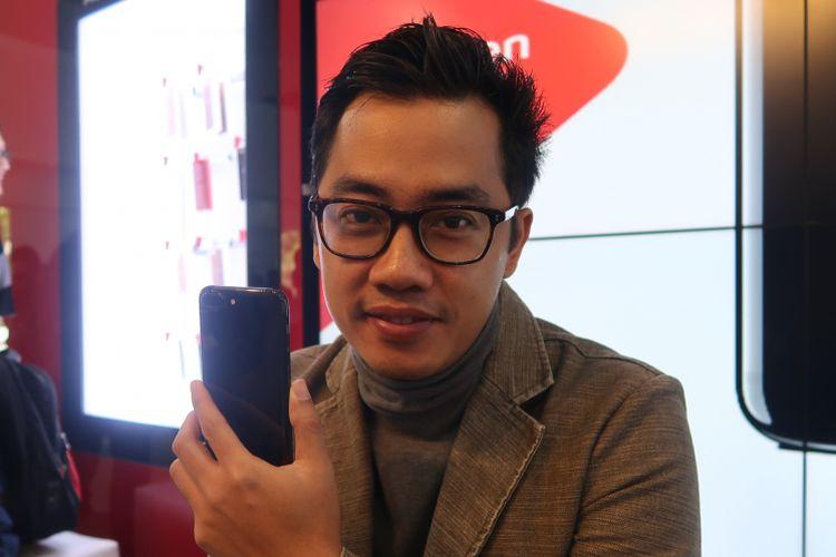 Dennis Adhiswara turut mengantre untuk membeli iPhone 7 di Galeri Smartfren Sabang, Jakarta, Jumat (31/3/2017).