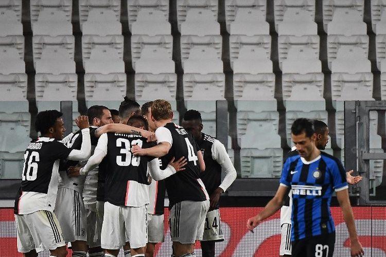 Para pemain Juventus merayakan setelah mencetak gol pembuka mereka selama pertandingan sepak bola Serie A Italia Juventus vs Inter Milan, di stadion Juventus di Turin pada 8 Maret 2020.