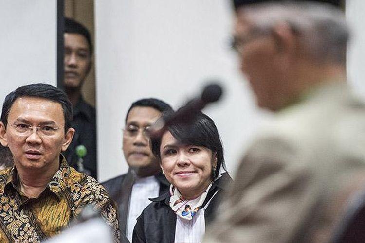 Gubernur DKI Jakarta Basuki Tjahaja Purnama (kedua kiri) menghadiri sidang lanjutan kasus dugaan penodaan agama di auditorium Kementerian Pertanian, Jakarta, Selasa (21/2/2017). Sidang lanjutan tersebut beragenda mendengarkan keterangan empat orang saksi yaitu Wakil Rais Aam Pengurus Besar Nahdlatul Ulama ( PBNU) yang juga sebagai Ahli agama Islam KH Miftahul Akhyar, ahli agama Yunahar Ilyas, ahli hukum pidana Majelis Ulama Indonesia (MUI) Abdul Chair dan ahli pidana Universitas Islam Indonesia Yogyakarta Mudzakkir.