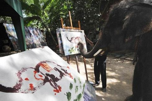 Gajah Ini Bisa Melukis Dirinya Sendiri