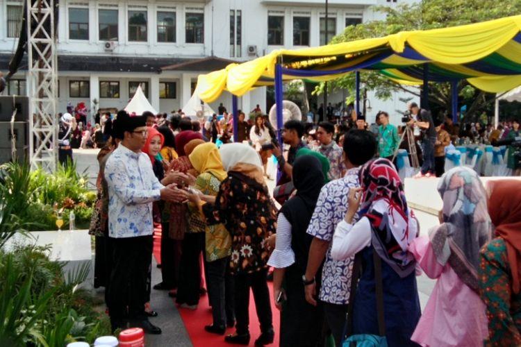Wali Kota Bandung bersama sejumlah pejabat Pemkot Bandung saat bersalaman dengan PNS Kota Bandung dalam kegiatan halal bihalal lingkungan Pemkot Bandung di Balaikota Bandung, Jalan Wastukancana, Kamis (6/7/2017)