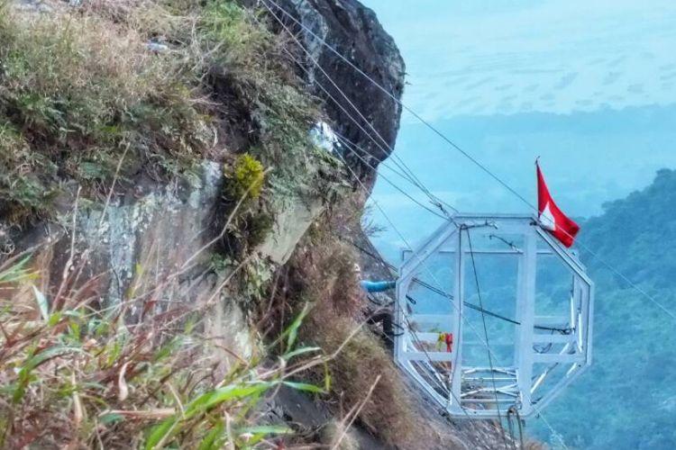 Sebuah hotel tergantung sedang dibangun di kawasan Rock Climbing Gunung Parang, Kabupaten Purwakarta, Jawa Barat.