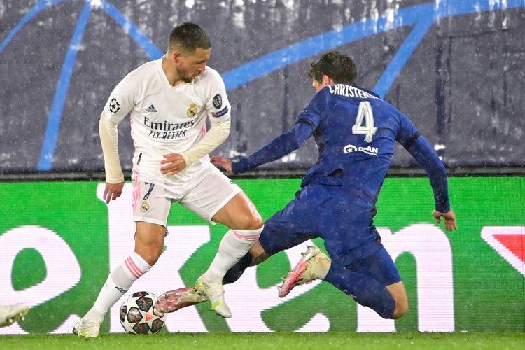 Bek Chelsea Andreas Christensen menghadapi penyerang Real Madrid Eden Hazard pada laga leg pertama semifinal Liga Champions di Stadion Alfredo Di Stefano, Madrid, pada Rabu (28/4/2021) dini hari WIB.