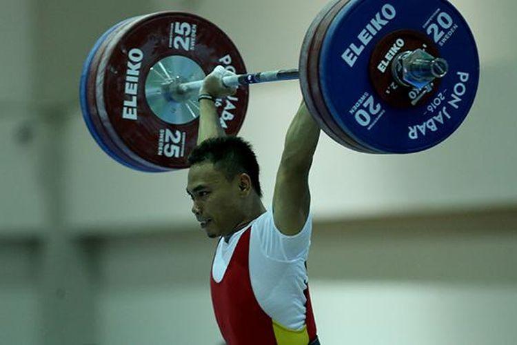 Atlet angkat besi Jawa Timur, Eko Yuli Irawan bertanding dalam kelas 62 kg pada PON XIX/2016 di Stadion Gelora Sabilulungan Si Jalak Harupat, Bandung, Selasa (20/9/2016). Ia meraih emas dengan total angkatan 307 kg sekaligus memecahkan rekor nasional untuk kategori clean and jerk dan total angkatan.