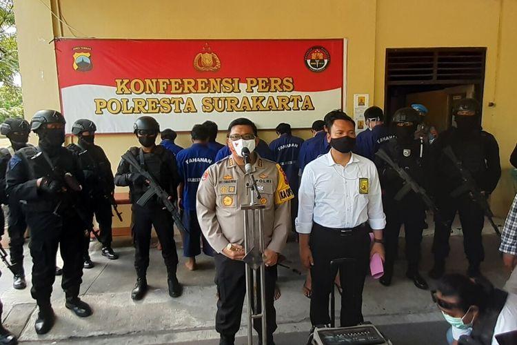 Kapolresta Solo Kombes Ade Safri Simanjuntak memberikan keterangan resmi kasus penyerangan acara adat midodareni atau doa jelang pernikahan di Mapolresta Solo, Jawa Tengah, Kamis (1/10/2020).
