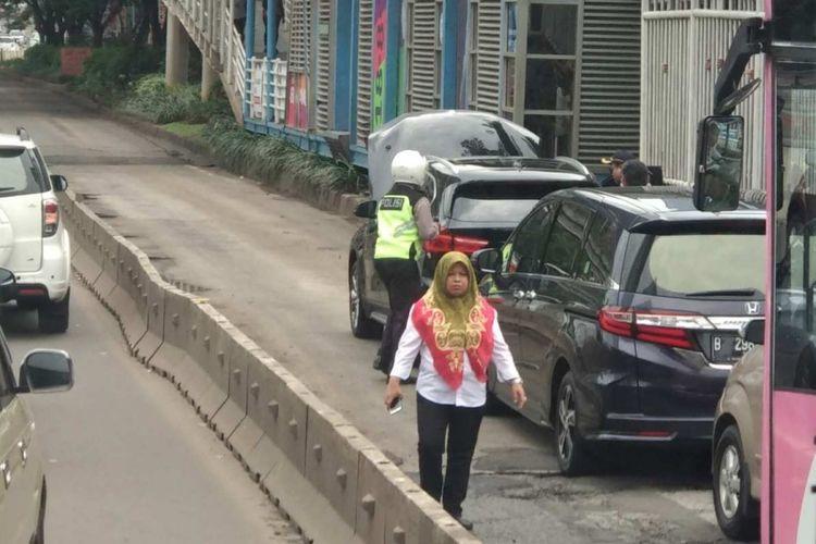 Mobil mewah mogok di busway di Jalan Jenderal Sudirman, Senin (9/4/2018) pagi.