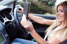 Ternyata Remaja Perempuan Gemar Main Ponsel Saat Mengemudi