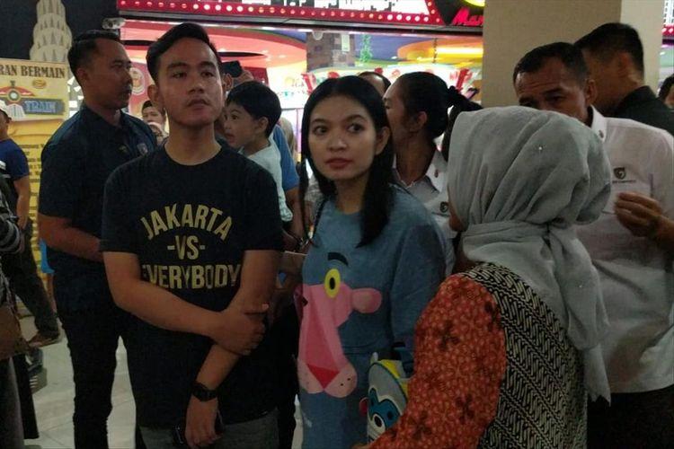 Putra sulung Presiden Jokowi, Gibran Rakabuming Raka bersama istri, Selvi Ananda, dan Ibu Negara Iriana Jokowi saat berakhir pekan di Mall Paragon, Solo, Jawa Tengah, Sabtu (27/7/2019) malam.