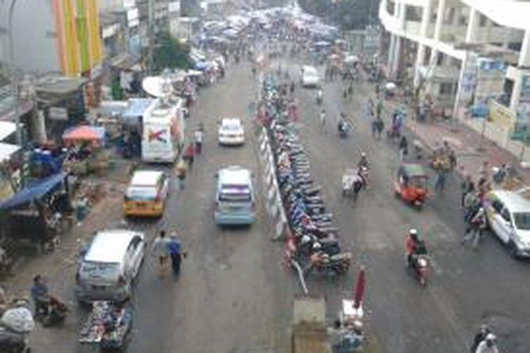 Pedagang Kaki Lima di Jalan Kebon Jati, Tanah Abang, Jakarta Pusat yang kembali berjualan di jalan, Senin (22/7/2013) sore. Padahal sejak pagi hingga siang tadi, kawasan ini sudah steril baik dari PKL dan parkir liar