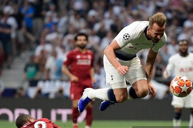 Bek Liverpool Joel Matip mengantisipasi pergerakan striker Tottenham Hotspur Harry Kane (putih) pada pertandingan final Liga Champions antara Liverpool vs Tottenham Hotspur di Stadion Wanda Metropolitano di Madrid pada 1 Juni 2019.