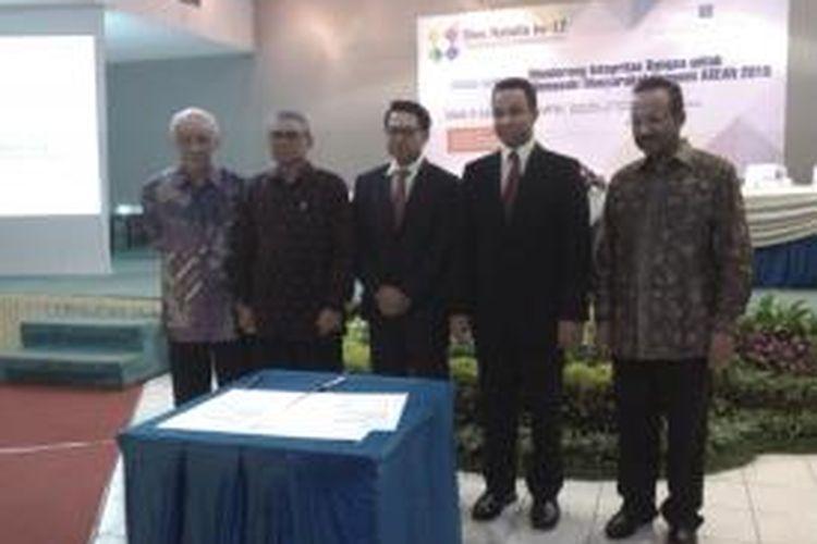 Rektor Universitas Paramadina periode 2014-2018, Firmanzah (tiga dari kiri), dan Rektor Universitas Paramadina sebelumnya, Anies Baswedan (dua dari kanan), dalam serah terima jabatan rektor periode 2014-2018, di Universitas Paramadina, Jalan Gatot Soebroto, Jakarta Selatan, Kamis (15/1/2015)