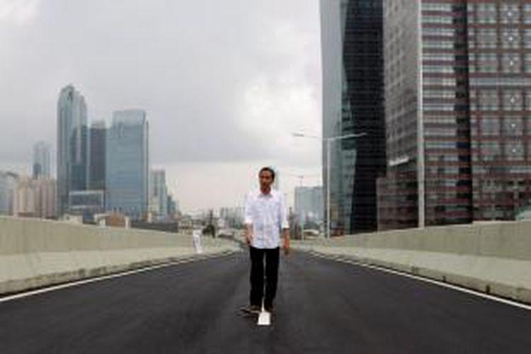 Gubernur DKI Jakarta, Joko Widodo meninjau Jalan Layang Non-Tol (JLNT) Kampung Melayu-Tanah Abang di kawasan Jalan Sudirman, Jakarta, Senin (30/12/2013). JLNT sepanjang 3,4 kilometer yang terdiri dari tiga paket proyek pembangunan, yaitu Jalan Casablanca, Prof Dr Satrio, dan KH Mas Mansyur, resmi dibuka hari ini. KOMPAS IMAGES/KRISTIANTO PURNOMO