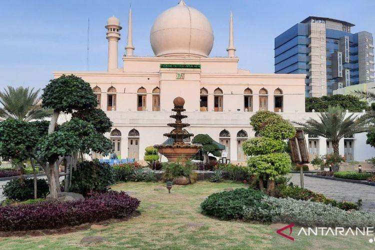 Masjid Agung Al Azhar, Kebayoran Baru, Jakarta Selatan bersiap menggelar Shalat Idul Adha 1441 Hijriah/ 2020 dengan menerapkan protokol kesehatan yang ketat, Kamis (30/7/2020)