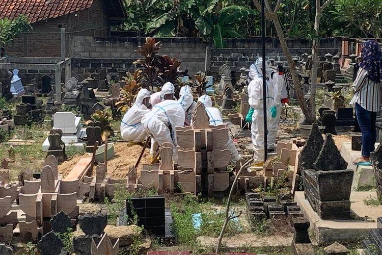 Pemakaman dengan protokol Covid-19 di Kulon Progo, Daerah Istimewa Yogyakarta.