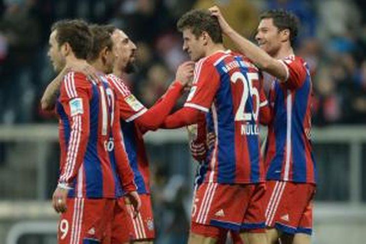 Para pemain Bayern Muenchen saat merayakan gol Thomas Mueller ke gawang Freiburg pada lanjutan Bundesliga di Allianz Arena, Selasa (16/12/2014).