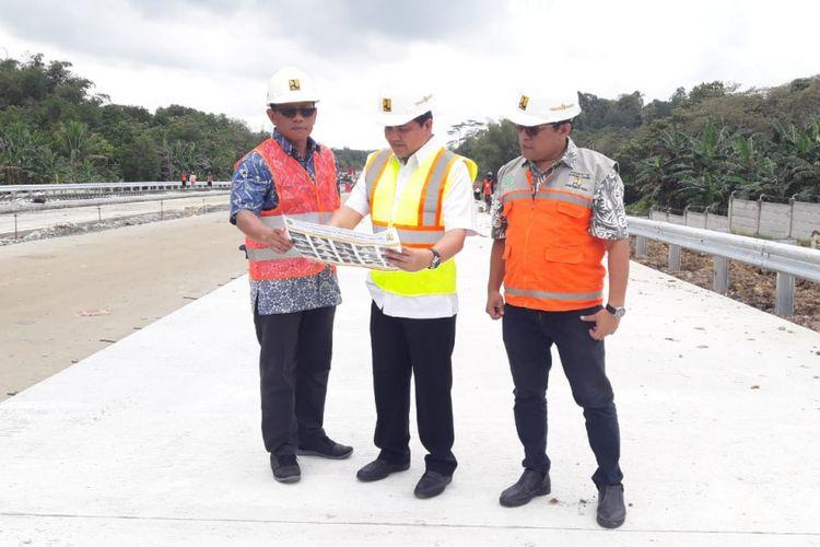 Kepala Balai Pelaksanaan Jalan Nasional XII Ditjen Bina Marga Kementerian Pekerjaan Umum dan Perumahan Rakyat (PUPR) Refly Ruddy Tangkere tengah menjelaskan progres pembangunan Tol Balikpapan-Samarinda, Jumat (7/9/2018).