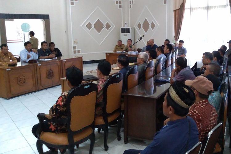 Warga melakukan audiensi di DPRD Banyumas terkait keberadaan tempat pengolahan aspal di Desa/Kecamatan Wangon, Kabupaten Banyumas, Jawa Tengah, Senin (9/12/2019).