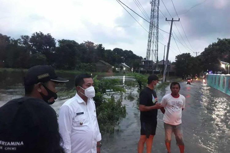 Wakil Bupati Karawang Aep Syaepuloh saat meninjau banjir di Perumahan Taman Bengle Indah di Desa Bengle, Kecamatan Majalaya, Kabupaten Karawang, Rabu (31/3/2021) malam.