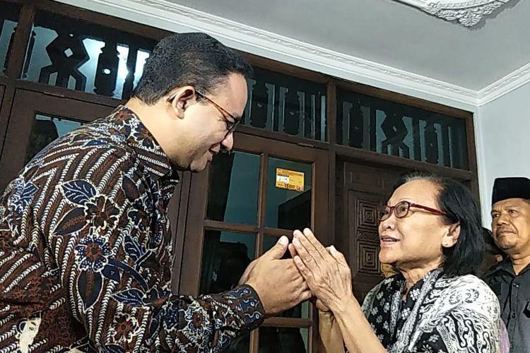 Gubernur DKI Jakarta Anies Baswedan menjabat tangan istri mendiang Arswendo, Agnes Sri Hartini saat ditemui di rumah duka, Komplek Kompas, Petukangan Selatan, Jakarta Selatan, Jumat (19/7/2019).