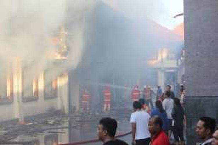 Penanganan kebakaran di Pasar Ubud, Gianyar, Kamis (24/3/2016).