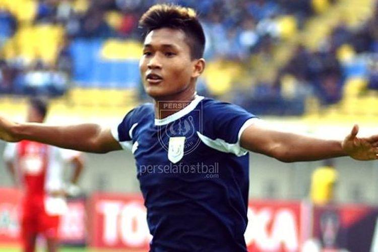 Striker Persela Lamongan, Nur Hardianto, saat mencetak gol ke gawang PSM Makassar di Stadion Si Jalak Harupat, Minggu (12/2/2017).