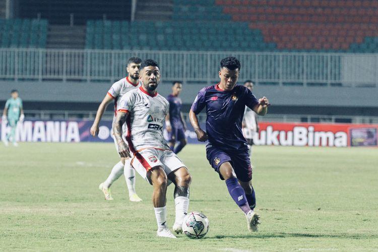 Pemain Borneo FC Jonathan Bustos (kiri) dijaga ketat pemain Persik Kediri pada pekan 2 Liga 1 2021-2022 yang berakhir dengan skor 1-0 di Stadion Pakansari Bogor, Jumat (10/9/2021) malam.
