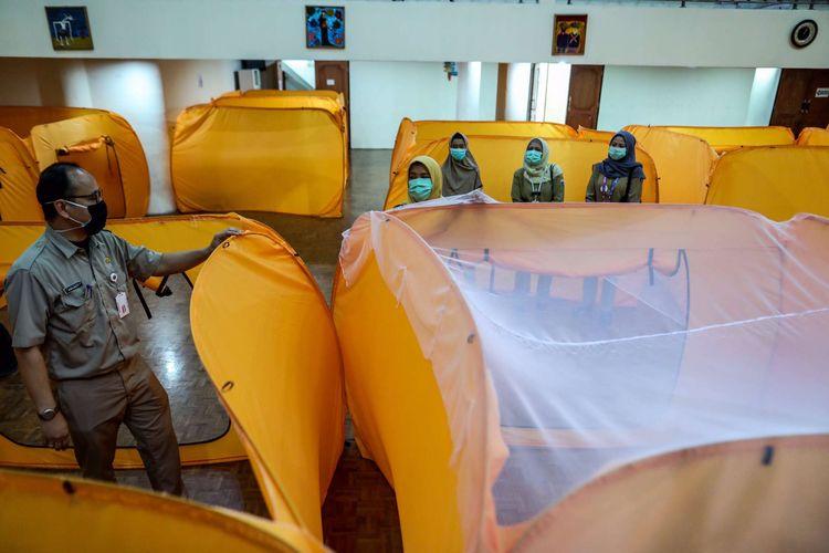 Petugas merapikan bilik isolasi mandiri untuk orang dalam pemantauan (ODP) Covid-19 di Gedung Kesenian, Tanah Abang, Jakarta Pusat, Senin (18/5/2020). Tenda-tenda tersebut nantinya akan difungsikan sebagai tempat isolasi sementara bagi orang-orang yang dinyatakan reaktif setelah mengikuti rapid test Covid-19 selama 14 hari masa inkubasi.