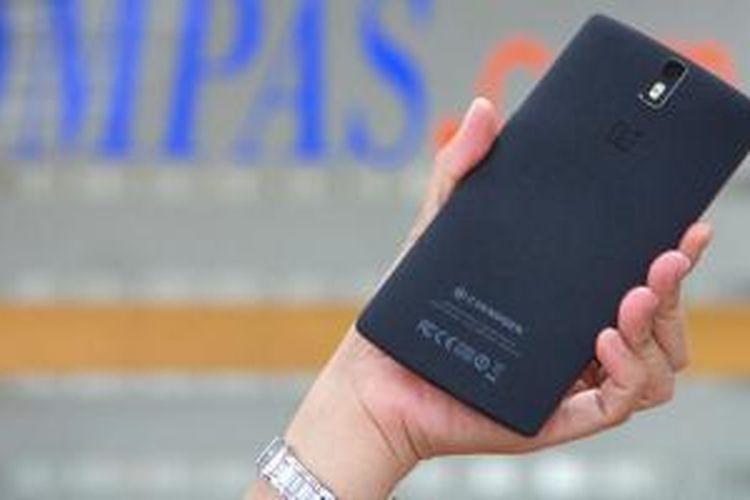 Penutup belakang OnePlus One versi 64 GB dengan tekstur yang menyerupai batu kali, terasa nyaman disentuh dan tidak selip saat dipegang.
