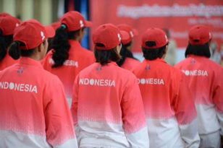 Para atlet mengikuti seremoni pelepasan Kontingen Indonesia yang akan berlaga di SEA Games 2015 Singapura di Gedung Serbaguna, Senayan, Jakarta, Senin (25/5/2015). Ajang SEA Games 2015 akan dibuka pada 5 Juni dan berakhir 16 Juni 2015.