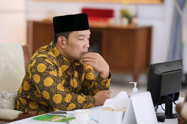 Gubernur Jawa Barat (Jabar) Ridwan Kamil saat menghadiri doa bersama lintas agama bertajuk Pray From Home via konferensi video dari Gedung Pakuan, Kota Bandung, Minggu (11/7/2021).