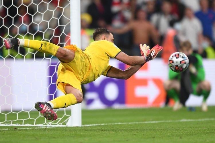LONDON, INGGRIS -11 JULI: Kiper Italia, Gianluigi Donnarumma, beraksi menepis tembakan Jadon Sancho dalam babak adu penalti laga final Euro 2020 melawan Inggris di Stadion Wembley, 11 Juli 2021.