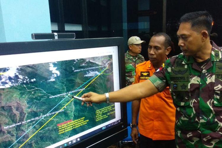 Danlanud Yohanis Kapiyau Timika Letkol (Pnb) Sugeng Sugiharto didampingi Kepala Kantor Pencarian dan Pertolongan Timika Monce Brury menunjukan lokasi titik temu serpihan pesawat, Minggu (22/9).