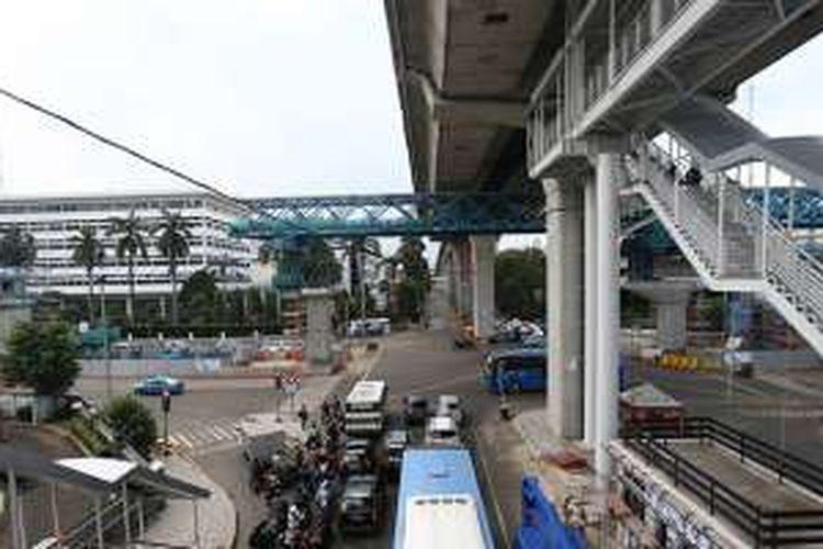 Kondisi tangga halte Transjakarta CSW, Trunojoyo, Jakarta Selatan, Jumat (6/1/2017). Halte yang berada di koridor 13 (Ciledug-Tendean) ini menuai kritik dari sejumlah pihak sebab dianggap terlalu tinggi bagi para pengguna.