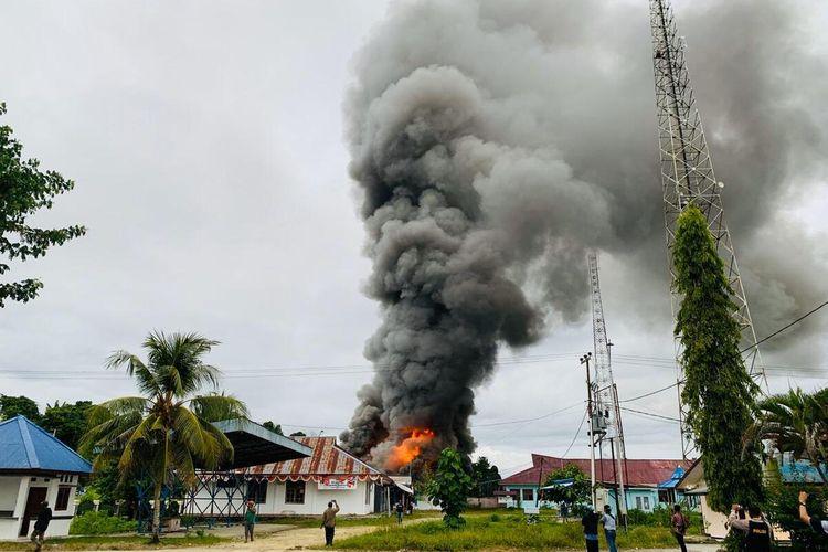 Kantor Disnaker Keerom dibakar oleh massa yang tidak terima pengumuman hasil seleksi CPNS 2018, Keerom, Papua, Kamis (1/10/2020)